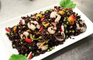 Riso nero con gamberi e verdure